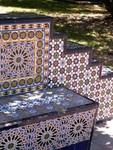 Les bancs, comme le reste, sont décorés de superbes catelles. Super mooi gekleurde bankjes.