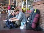L'attente d'un bus fait aussi partie du voyage... Een belangrijk onderdeel van het reizen, wachten....