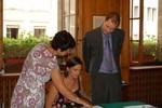 Antoinette s'apprête à tester sa nouvelle signature. Met een vulpen tekenen had ik misschien toch even moeten oefenen.