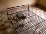 Un des lits sur lesquels étaient attachées les victimes
