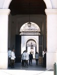 Les cours multiples de la Moneda. Een glimps binnen de Palacio de la Moneda.