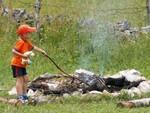 Téo qui apprend à faire du feu. Knuffelbeer en vuur maken.