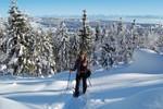 En montant vers le sommet de la Dent de Vaulion dans 50cm de poudre. Het zonnetje in het gezicht, poeder sneeuw op de grond en de alpen op de achtergrond.