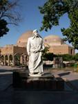Statue du poête azeri Khaqani devant la mosquée bleue à Tabriz