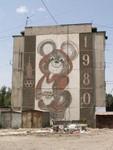 Le nounours des jeux olympiques de 1980 à Moscou en plein ville d'Osh