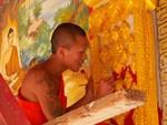 Moine au travail au temple de Jom Khao Manilat, Houay Xai