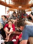Cartes, lecture et bières pour passer le temps à bord du slowboat