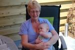 Samen met Oma in de tuin.