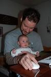 Samen met papa achter de computer tenten kijken.