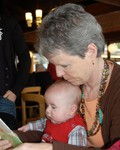 Oma en Malick lezen een boekje.