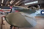 Une réplique de Spitfire sous l'aile du B52