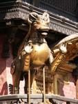 Gardien de temple dans les rues de Kathmandu