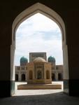 La cour intérieur de la mosquée Kalon, avec les minarets de la medrassa Mir-i-Arab en arriere plan