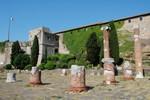 Le château San Giusto de Trieste, avec les ruines du forum romain devant.